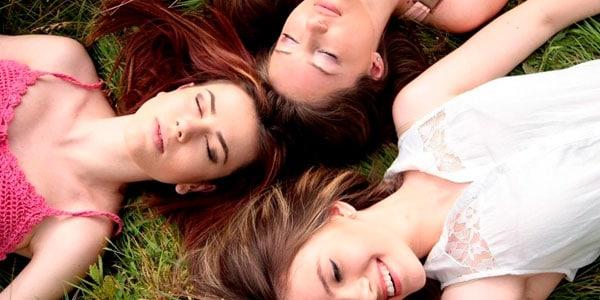 mujeres recostadas en jardín