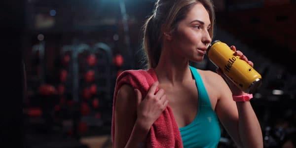 mujer deportista hidratándose